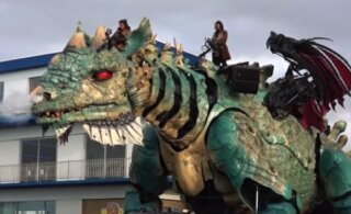 """ВИДЕО: На севере Франции поселился дракон. 25-метровое """"чудовище"""" дышит огнем и развлекает туристов"""
