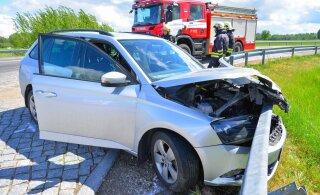 ФОТО: Водитель пытался избежать столкновения с другим автомобилем и протаранил дорожное ограждение
