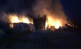 В волости Сауэ ночью загорелся ангар. Местным жителям посоветовали закрыть окна и двери