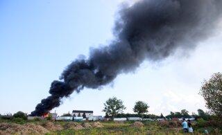 ФОТО и ВИДЕО   В Маарду открытым пламенем полыхал ангар с цистернами с растворителями. Дымом заволокло всю округу