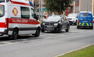 ФОТО: В центре Таллинна автомобиль скорой помощи попал в аварию