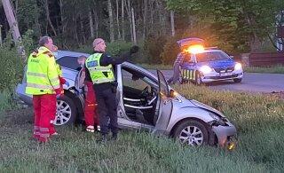 VIDEO ja FOTOD | Ämaris paiskus auto teelt välja kraavi, juht oli joobes