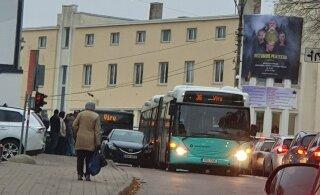 ФОТО | ДТП в Нымме: автобус задел автомобиль, пострадал ребенок
