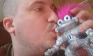 Armastus ei küsi midagi? Mängurobotiga suhtes olev mees haub romantilisi pulmaplaane