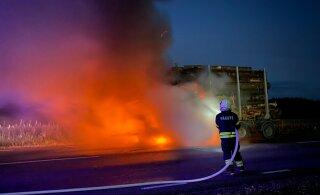 FOTOD | Türi lähedal lahvatas keset maanteed põlema metsaveoauto puidukoorem