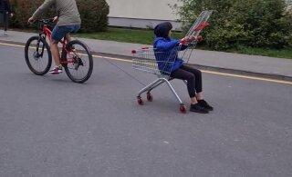 ВИДЕО | Смотри, какие рисковые трюки ласнамяэская молодежь вытворяет с продуктовой тележкой на автомобильной парковке