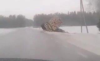 ВИДЕО | Грузовик заваливается набок и падает в канаву