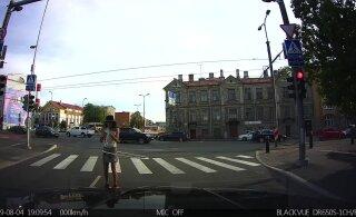 ВИДЕО: Вот это номер! В Таллинне на пешеходном переходе девушка дала представление