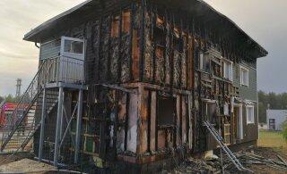 ФОТО: Почти готовое здание кафе загорелось от удара молнии