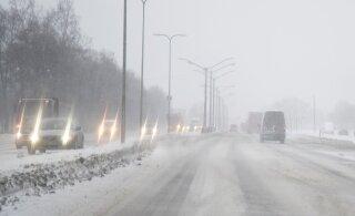 Полиция предупреждает: на выходных ожидается снегопад. Смените покрышки на зимние!