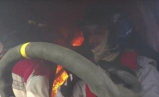 VIDEO   Ralliauto läks keset kiiruskatset põlema. Miks venitasid piloot ja kaardilugeja masinast väljumisega viimase hetkeni?