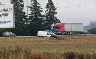 ФОТО | Под Таллинном столкнулись легковушка и фургон