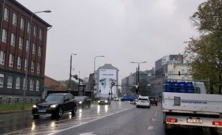 Tallinnas Pärnu maanteel Liivalaia ristmikul pole elektrit, liiklust reguleeritakse