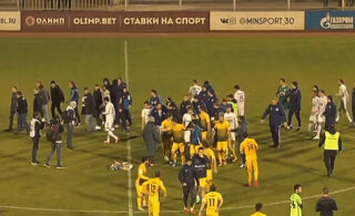 ВИДЕО: В России грандиозная драка на футбольном поле