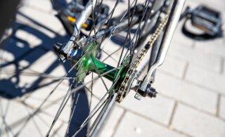 ВИДЕО | Пьяные велосипедисты в Таллинне изо всех сил пытаются удержаться на своих железных конях