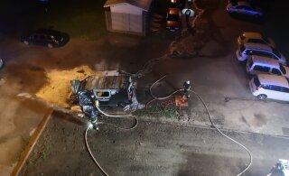 ФОТО читателя Delfi: Ночью в Кохтла-Ярве дотла сгорел микроавтобус