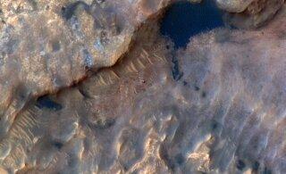 """Марсоход """"Кьюриосити"""" сфотографировали с орбиты Марса. Сможете найти его на фото?"""