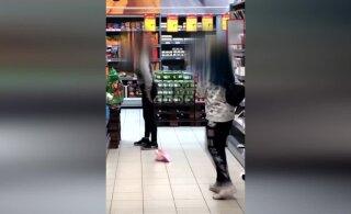 ВИДЕО | Игры со смертью: в магазине девочки-подростки вдыхали дезодоранты