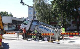 ФОТО и ВИДЕО | Провалившийся сквозь асфальт грузовик наконец достали из ямы