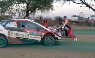 VIDEO   Tehnilise rikke tõttu teepervele jäänud Latvala sõimas autot lükates korraldajal näo täis