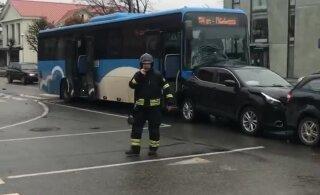 ВИДЕО | В Йыхви ДТП с участием трех автомобилей и автобуса. Один из свидетелей почему-то танцует