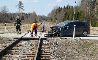 FOTOD | Järvamaal sõitis auto reisirongile sisse
