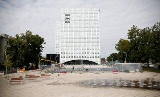 FOTOD | Superministeeriumi parklas eemaldatakse kehvad plaadid, et asendada need betooniga