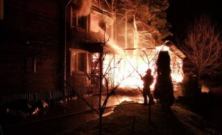ФОТО | В Рапла загорелось подсобное строение гостевого дома. Огонь перекинулся и на главное здание