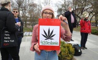 FOTOD | Tammsaare pargis avaldati meelt kanepi legaliseerimiseks, kohal oli kümmekond protesteerijat