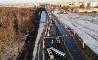 ФОТО и ВИДЕО | Массовая авария в Риге: столкнулись семь автомобилей, троллейбус и автобус