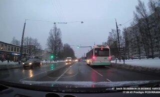 ВИДЕО ЧИТАТЕЛЯ | Автомобиль едет на красный на пешеходном переходе