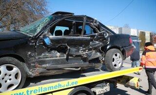 ФОТО: В Тарту автомобиль спасательной службы столкнулся с легковушкой