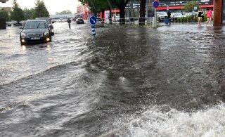 VIDEO JA FOTOD | Tugev äike lõpetab kuumalaine: paduvihm ujutas Pärnu tänavad üle