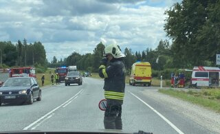 ФОТО: В столкновении Opel и BMW на шоссе Таллинн-Тарту пострадали два человека
