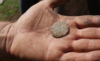 FOTOD | Nõo kiriku juurest leiti 13. sajandist pärinevaid münte