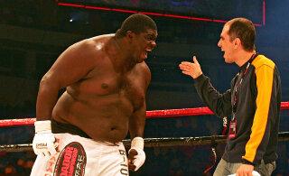 ВИДЕО: 180-килограммовый боец ММА слишком рано начал отмечать победу