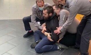 VIDEO | Maskivastane hakkas Rocca al Mare keskuse turvatöötajatega kähmlema, meest rahustati gaasiga ja viidi politseisse