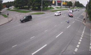 ВИДЕО: В Пельгулинне пьяный велосипедист упал прямо посреди проезжей части