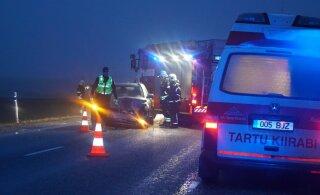 ФОТО | В Ярвамаа у грузовика на ходу отвалилось колесо и врезалось в BMW