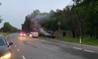 ФОТО и ВИДЕО: Водитель BMW без прав устроил в Йыгевамаа серьезную аварию. Его машина загорелась