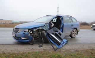 ФОТО | На Палдиском шоссе столкнулись грузовик и легковушка. Пьяную женщину-водителя доставили в больницу