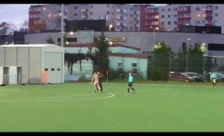 ВИДЕО: Голый немецкий болельщик выскочил на поле в Ласнамяэ