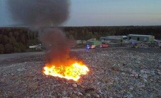 ФОТО: В Ярвамаа на свалке произошел пожар. Дым простирался на километры, спасатели отреагировали усиленным составом