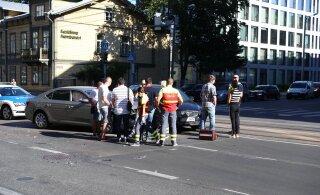 FOTOD | Punast foorituld eiranud autojuht sõitis Tallinna kesklinnas teisele sõidukile sisse