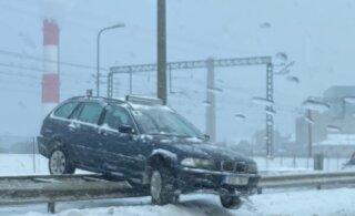 LUGEJA FOTOD | Tallinna kesklinnas kaotas juht auto üle kontrolli ja sõiduk maandus teepiirdele