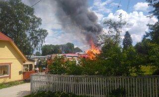 ФОТО: В Раквере загорелся жилой дом. Находившиеся внутри люди смогли спастись