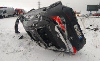 ФОТО | В Ярвамаа автомобиль с чешскими номерами вылетел с дороги и приземлился на бок