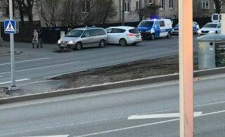 ФОТО: В Тонди попал под машину велосипедист