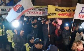 ВИДЕО | Шествие в Риге за образование на родном языке прошло под латвийскими и российскими флагами