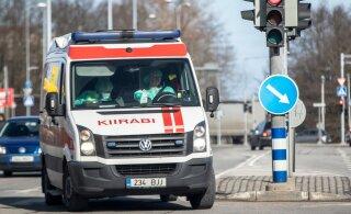 Пожилой водитель врезался в стену дома и позже скончался в больнице